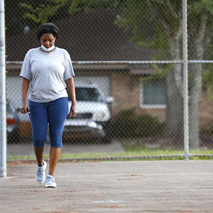 Paula Parker goes on morning walks to stave off pandemic-related anxiety and panic attacks. Photo: Elizabeth Conley, Houston Chronicle / Staff photographer